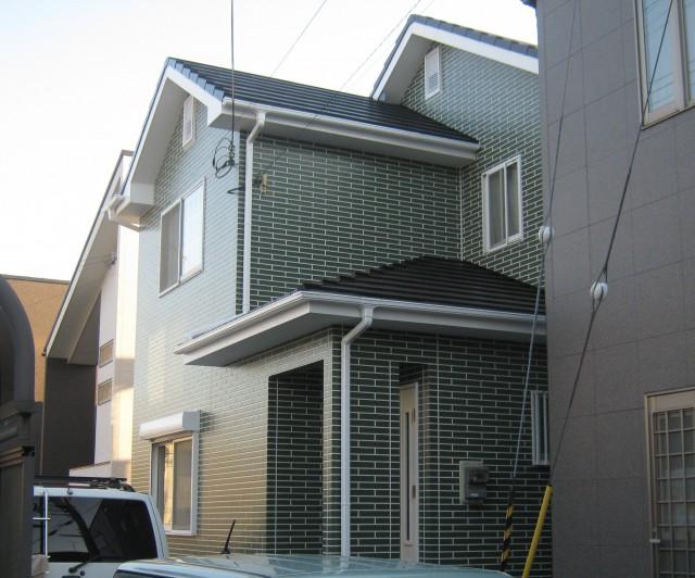 グリーンのレンガが印象的な塗装後の兵庫県加古川市M様邸