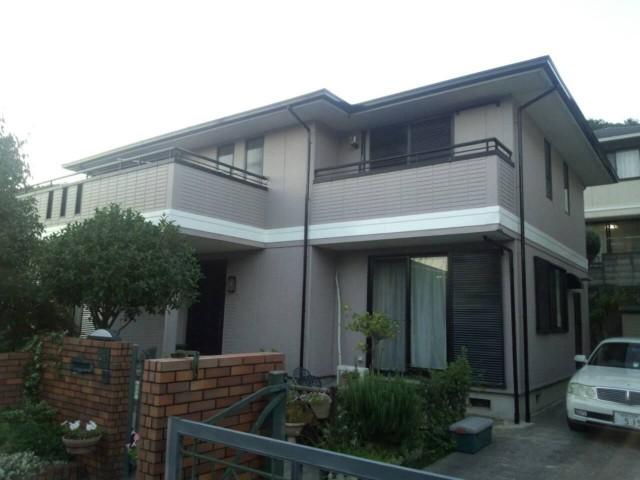 白色の横ラインが印象的な塗装後の兵庫県姫路市Y様邸