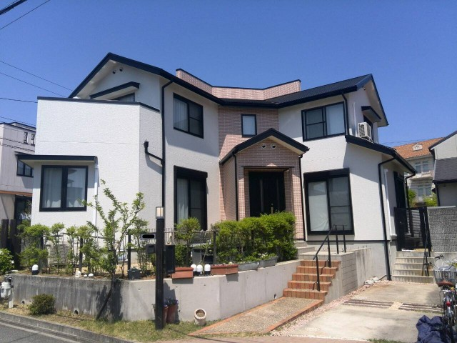 庭とエントランスと外観色が綺麗な塗装後の兵庫県神戸市K様邸