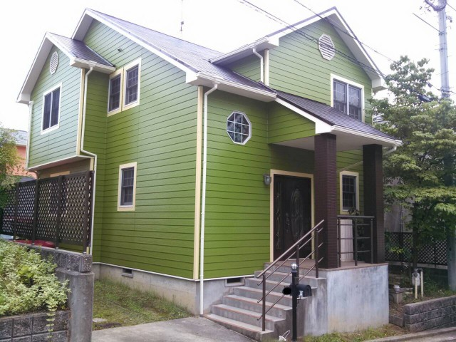 鮮やかなグリーンの外観の塗装後の兵庫県明石市H様邸