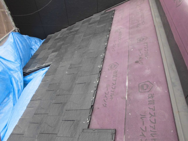屋根の葺き替え作業中