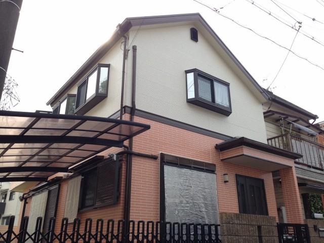 一階と二階のツートンカラーの兵庫県宝塚市のF様邸